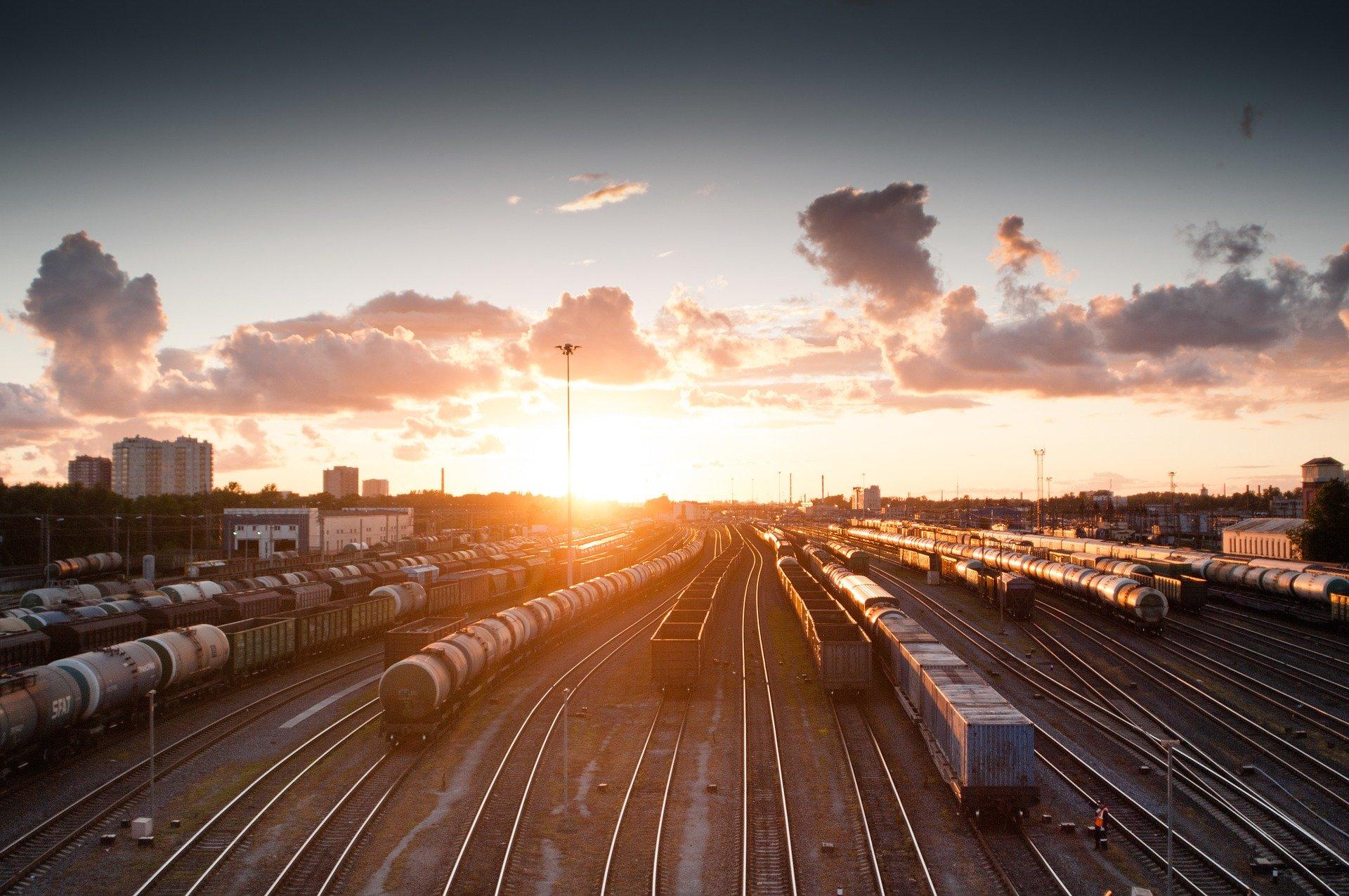 treni fermi al tramonto